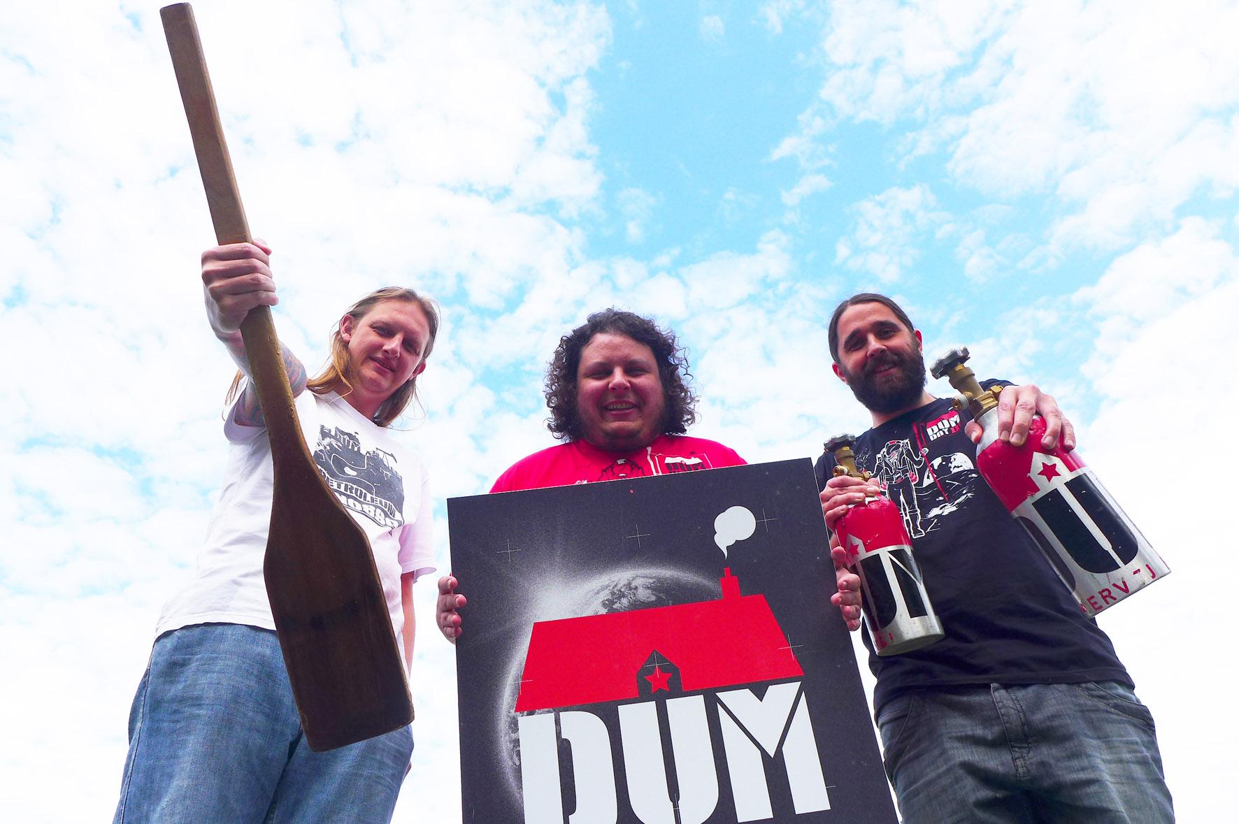 Murilo Foltran, Luiz Felipe Araujo e Júlio Moutinho, cervejeiros da DUM, comemoram quatro anos de atividades com novo rótulo. (Foto: Divulgação)