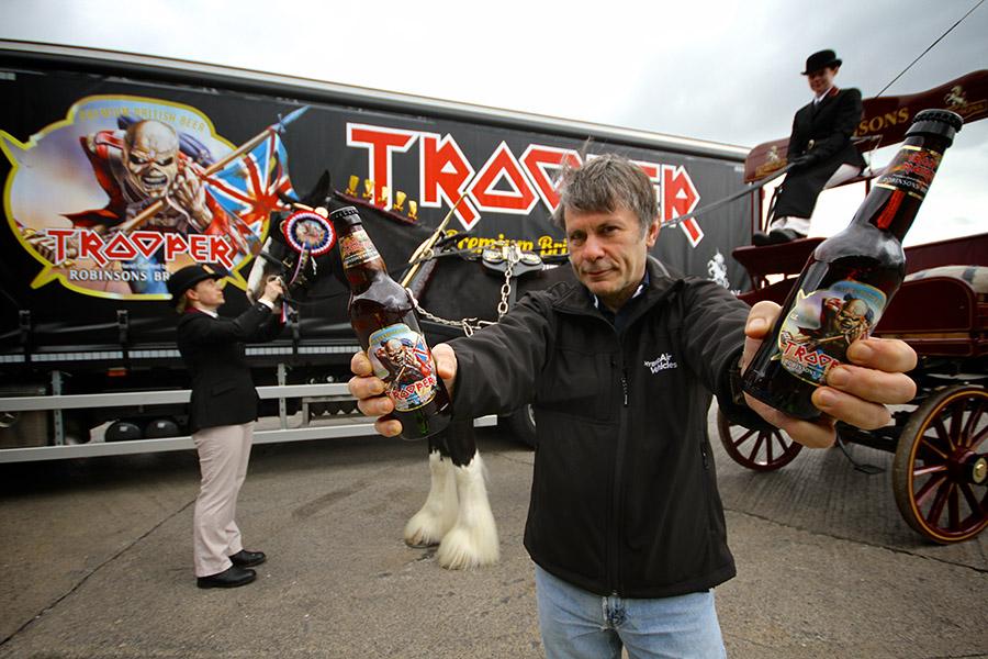 O vocalista do Iron Maiden, Bruce Dickinson, entrega nesta terça-feira, 12 de agosto, o principal prêmio da cerveja britânica (Foto: Divulgação)