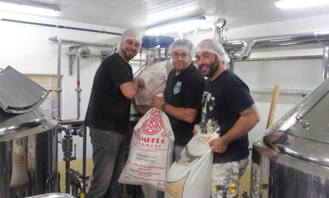 Cervejeiros da Brauns Bier iniciam brassagem do primeiro lote comercial da cervejaria (Foto: Divulgação)