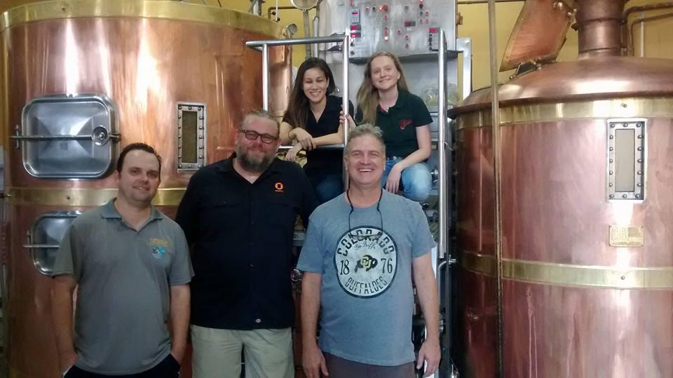 Da esquerda para direita Christan Bonotto (Tupiniquim), Kjetil Jikiun (Nøgne-Ø) e Marcelo Carneiro (Colorado). Ao fundo a cervejeira Fernanda Ueno e a  mestre-cervejeira Bianca Franzini  (Foto: Divulgação)