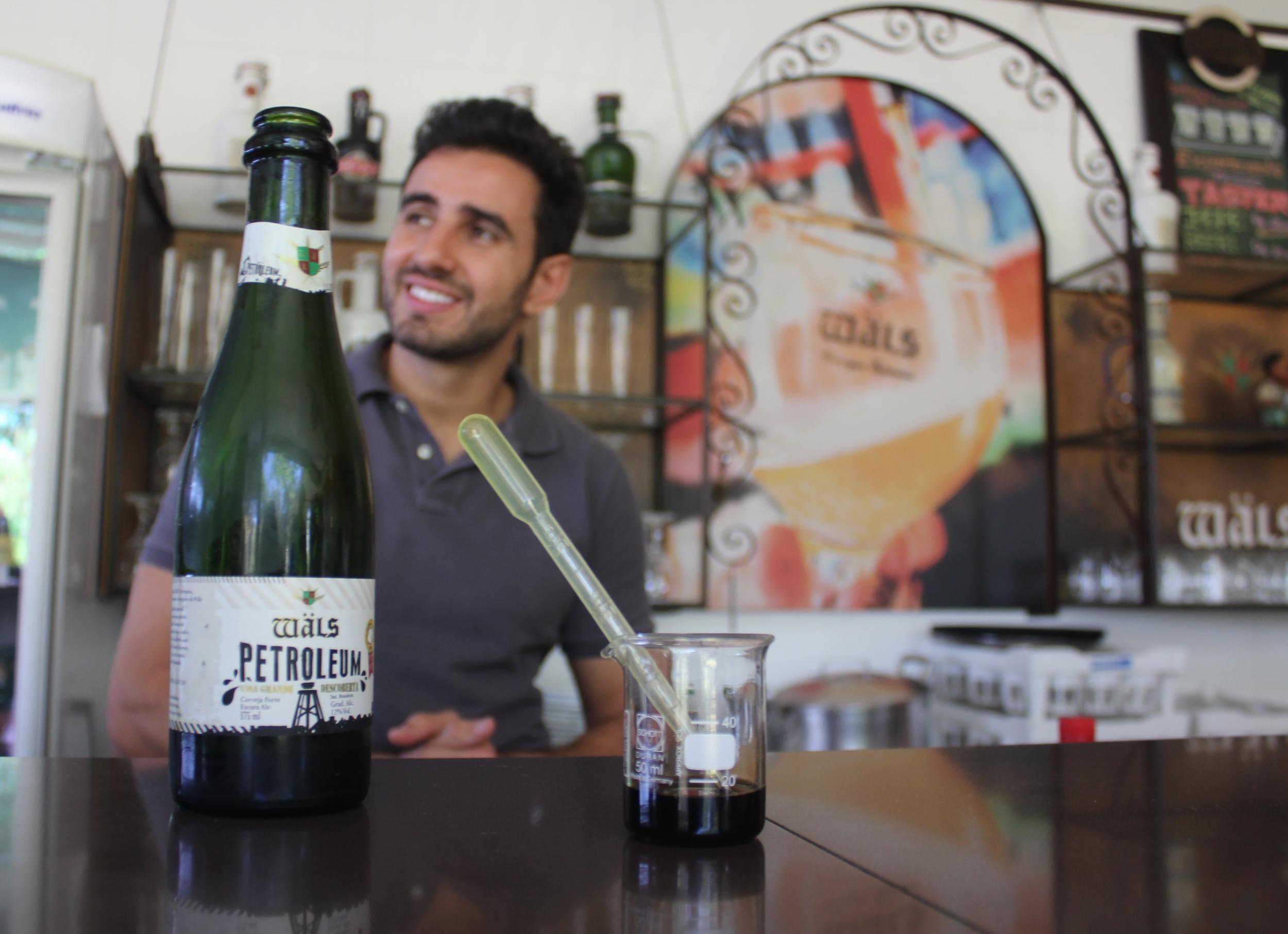 José Felipe Carneiro, atrás de uma das atrações da cervejaria, a Wals Petroleum (Foto: Priscilla Colares)