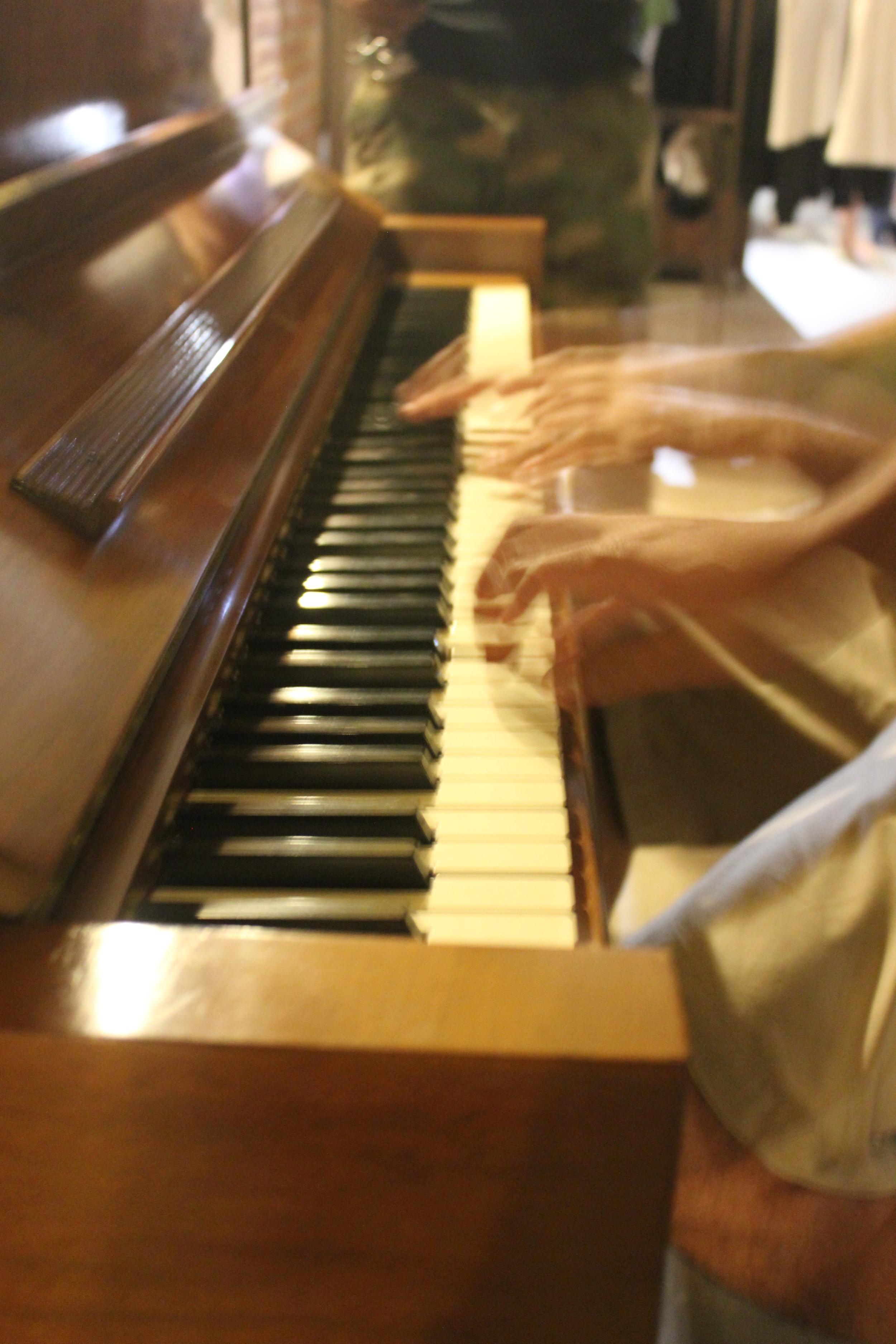 Tasting Room - visitantes tocando piano.jpg