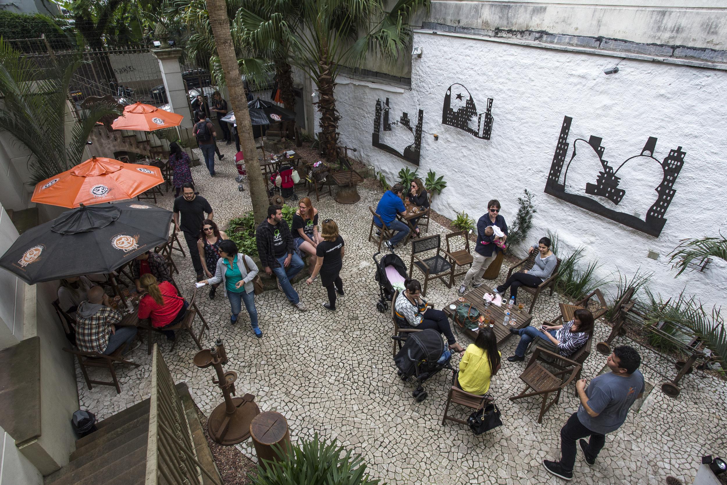 Não é apenas um bar, mas um espaço cultural com uma área para apreciar as cervejas da marca ( Foto: Divulgação)