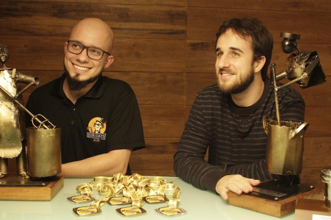 Estevão Chittó e Lucas Meneghetti, que começaram as brassagens em conjunto há pouco mais de dois anos, conquistaram seis medalhas e os dois principais prêmios gerais no Encontro Nacional das Acervas (Foto: Altair Nobre/Beer Art)