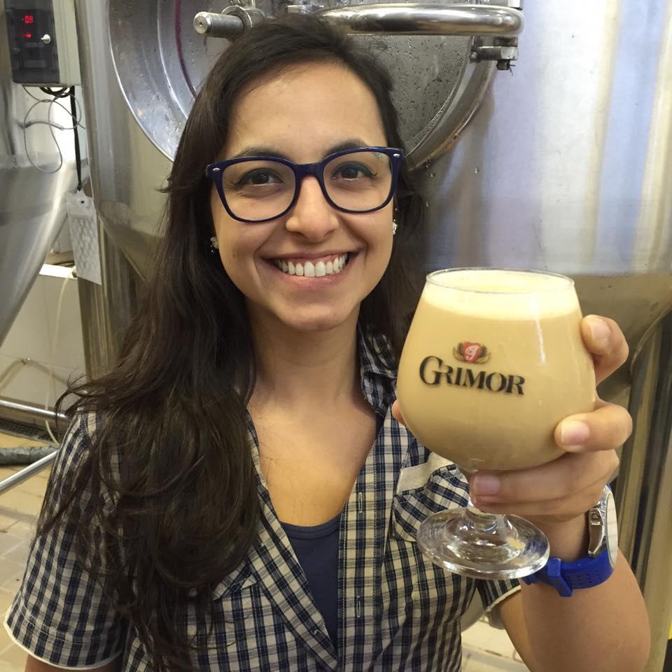 Gabriela Montandon, pesquisadora e cervejeira, mostra a levedura nacional que utilizou para a Grimor 18, em maturação na cervejaria (Foto: Divulgação)
