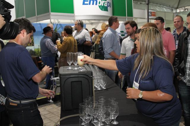 Participantes puderam degustar a cerveja experimental no Congresso Brasileiro de Arroz irrigado (Foto: Paulo Lanzetta/Divulgação)