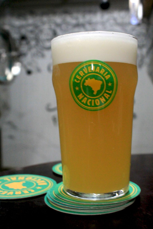 Berliner Weisse é a estreia da marca criada pelo cervejeiro irlandês Alan Ross e a sócia brasileira Laila Bergamasco (Foto: Mariana Buck/Divulgação)