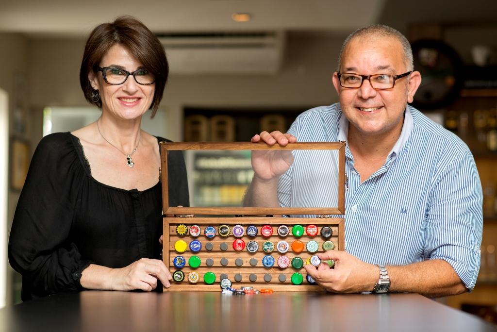 Dóris Fialcoff e João Carlos Valentim, com o primeiro lançamento, o quadro para colecionar tampinhas (Foto: Divulgação)