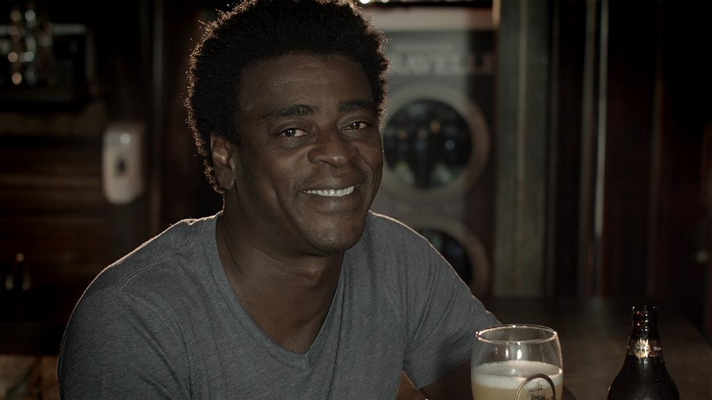 Seu Jorge, um dos sócios da cervejaria, guia a visita virtual (Foto: Divulgação)