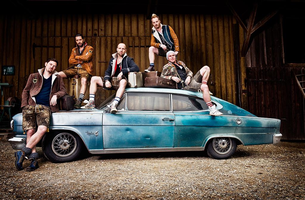 Quinteto mistura influências modernas do pop e do hip hop, com tuba, acordeão e polka, instrumentos tradicionais na música germânica (Foto: Divulgação)