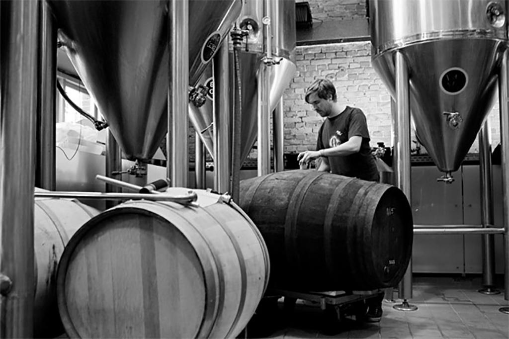 Em ação, o cervejeiro da Mikkeller,Mikkel Borg Bjergsø (Foto: Divulgação)