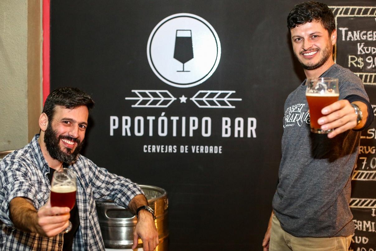 Lucas Zacharias e Angelo Gabriel, sócios à frente do Protótipo Bar (Foto: Mariela Guimarães/Divulgação)