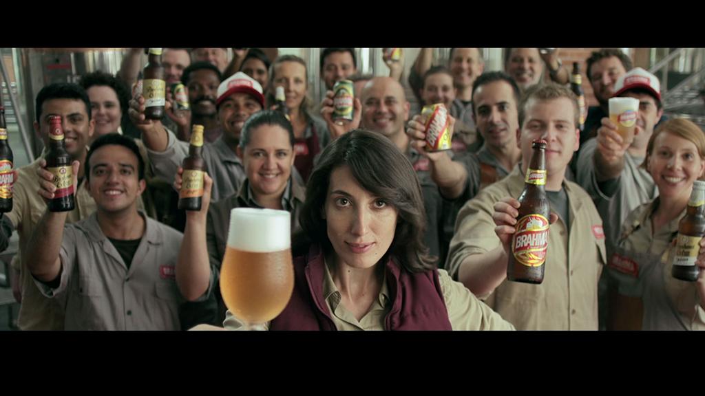 A campanha multiplataforma inclui imagens de atores representando os trabalhadores da cervejaria, e em outras peças os reais protagonistas (Foto: Divulgação)