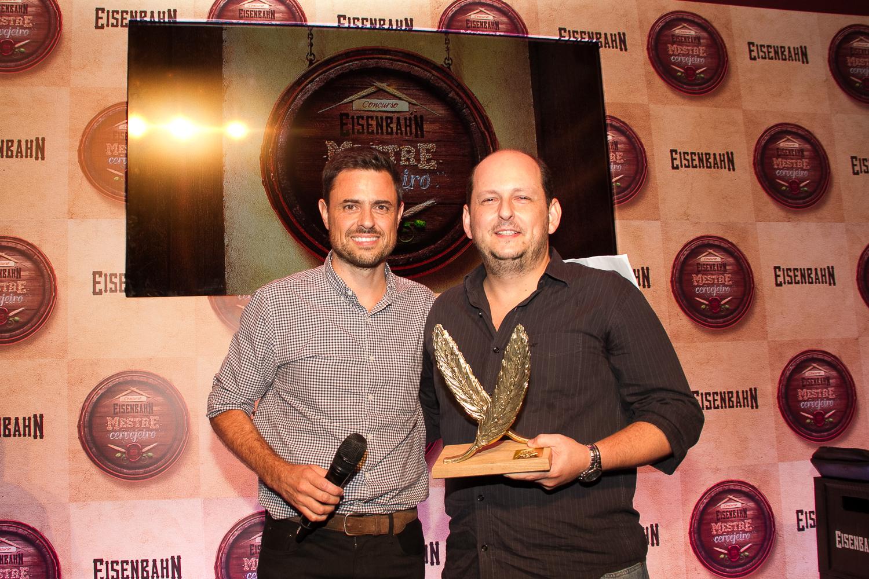 O fundador da Eisenbahn entrega o prêmio ao carioca Lucio Rogerio Botelho (Foto: Divulgação)