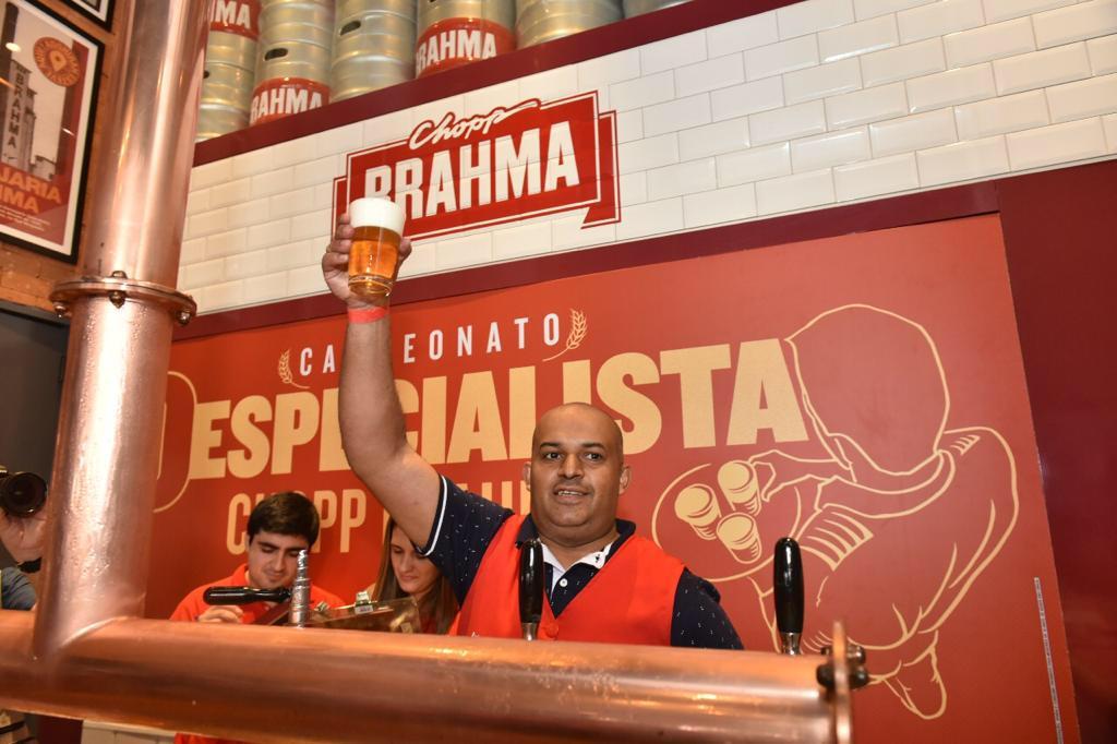 O vencedor é o garçom Neurismar Sodré, do Boteco Maria, em Santo André-SP (Foto: Mario HenriqueDivulgação)