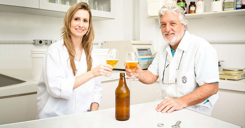 Renata Maria Christofoleti Furlan e o professor Luiz Carlos Basso, do Laboratório de Bioquímica e Tecnologia de Leveduras (Foto: Gerhard Waller/Divulgação)