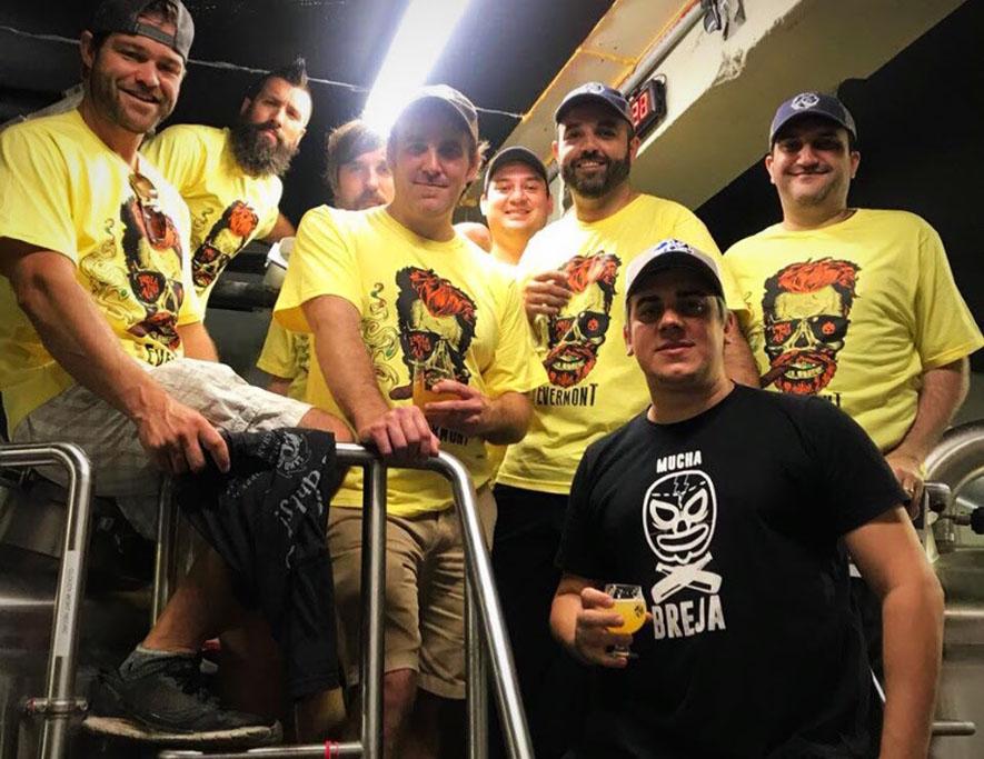 Foto reúne (ao fundo) os cervejeiros das três marcas envolvidas com a produção nos EUA (Foto: Divulgação)