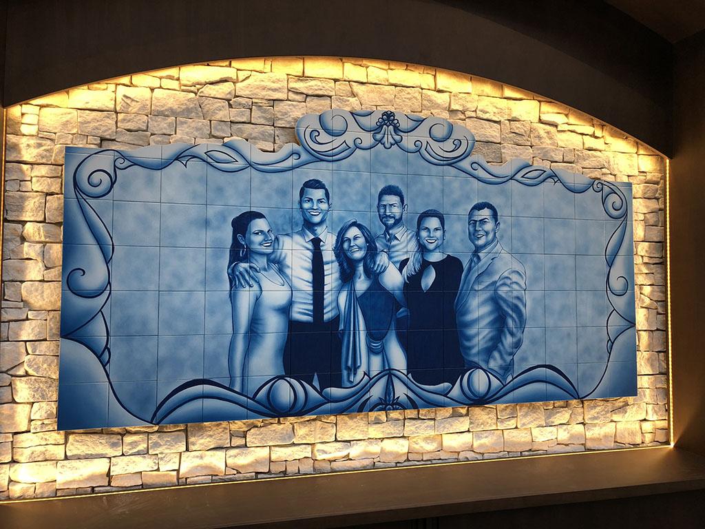 No mural de azulejos portugueses, a família (da esq. para a dir. Elma, Cristiano Ronaldo, os pais Dolores e José Diniz Aveiro - in Memoriam-, Kátia e Hugo)