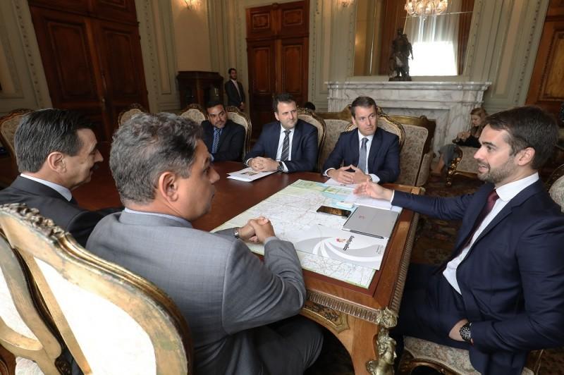 Governador Eduardo Leite (D) ouviu argumentos dos representantes do Ministério Público(Foto: Itamar Aguiar/Palácio Piratini)
