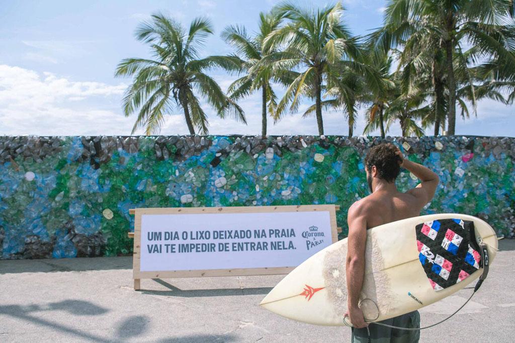 Ação da cerveja Corona surpreende banhistas com muro instalado na Praia do Diabo (Foto: Raul Aragão/Divulgação)