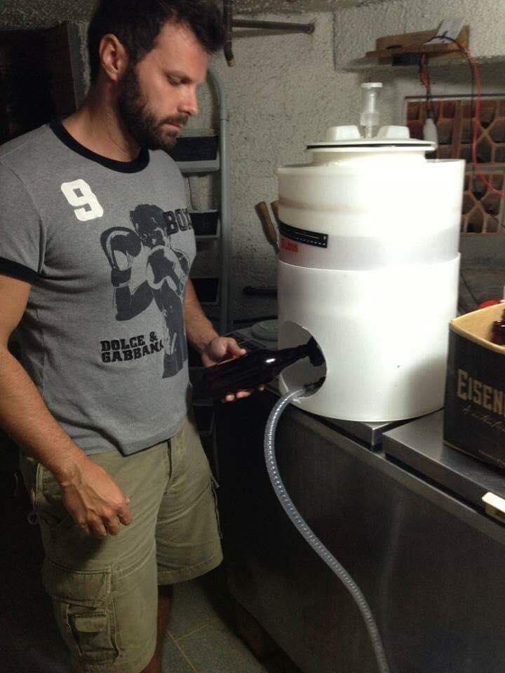 Doug Merlo em sua atividade como homebrewer (Foto: Divulgação)