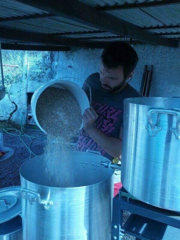 Doug Merlo em ação entre panelas destinadas à produção de cerveja (Foto: Divulgação)