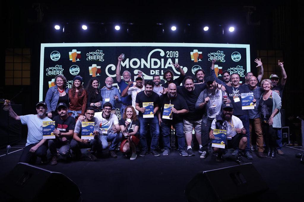 O pódio com os representantes das cervejarias premiadas no festival em São Paulo (Foto: Divulgação)