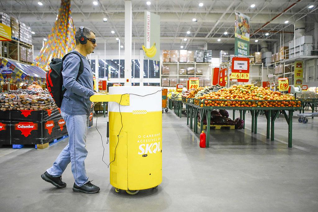 O supermercado dos testes foi mapeado previamente pela empresa de tecnologia e conta com vários QR Codes no teto, que se conectam com o carrinho por meio de Wi-Fi quando ele dá a partida (Foto: Divulgação)