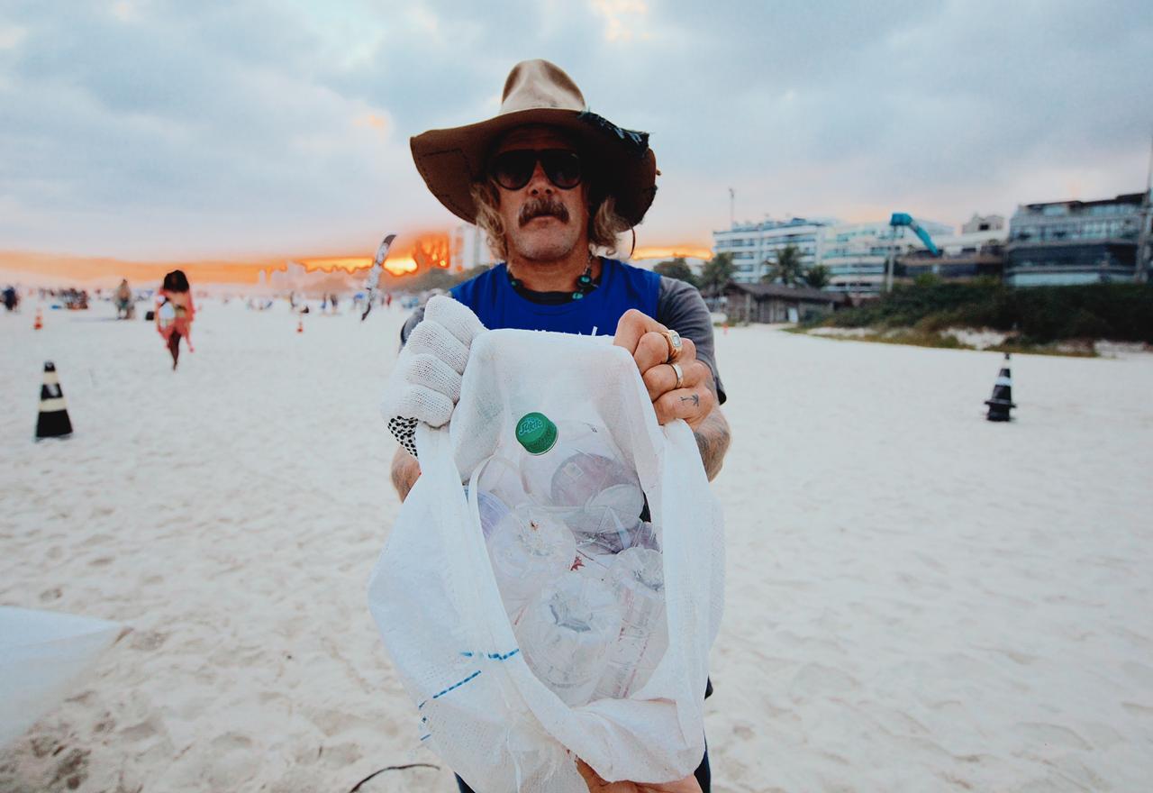 Donavon participou de mutirão de limpeza na Barra (Foto: Raul Aragão/Divulgação)