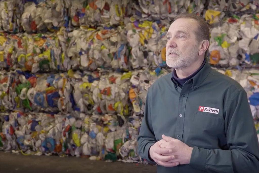 O supervisor de Sustentabilidade, Gary Panknin, explica o processo de fabricação (Foto: Reprodução)