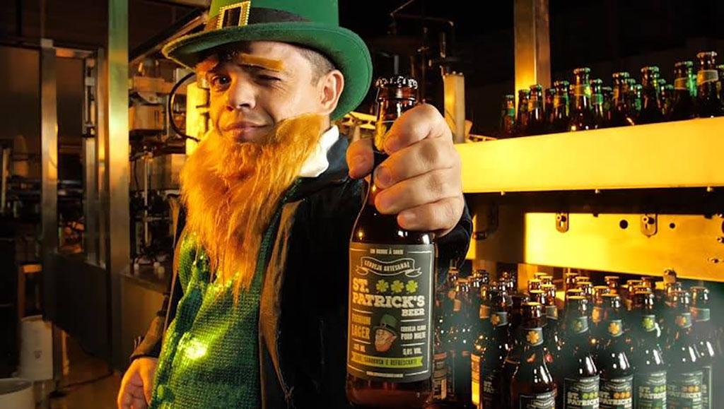 """Com o slogam """"Um brinde à sorte"""", a St. Patrick's Beer tem um Leprechaun como mascote, representado nos eventos pelo Pedrinho, ex-integrante do programa  Pânico na Band  (Foto: Divulgação)"""