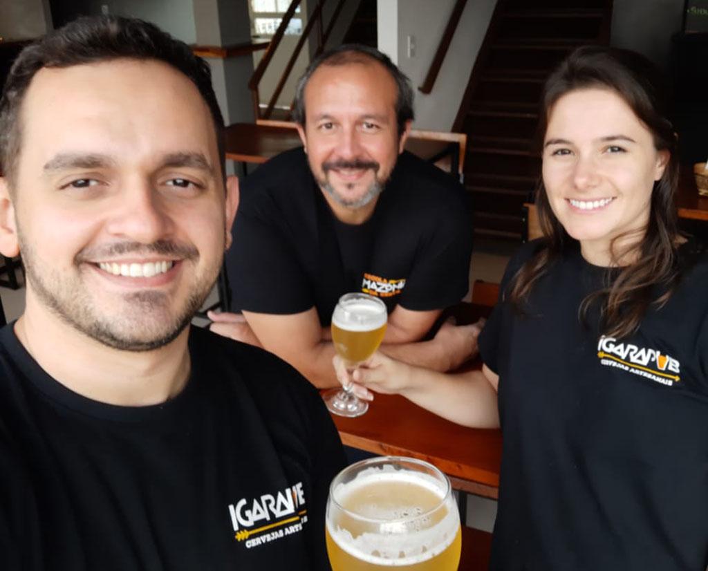 Professores da Escola Amazônica da Cerveja Patrick Souza, Willace Nascimento e Débora Camejo. (Foto: Divulgação)