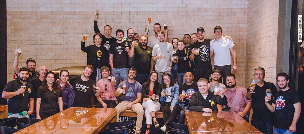 Os cervejeiros da Rota Cervejeira RJ celebram o resultado do trabalho coletivo (Foto: Divulgação)