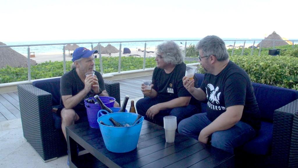 Bruce Dickinson com os irmãos Samuel e Paulo Cavalcanti, em julho de 2019, em Fort Lauderdale (EUA), na degustação que definiu a receita definitiva da Trooper IPA (Foto: Divulgação)