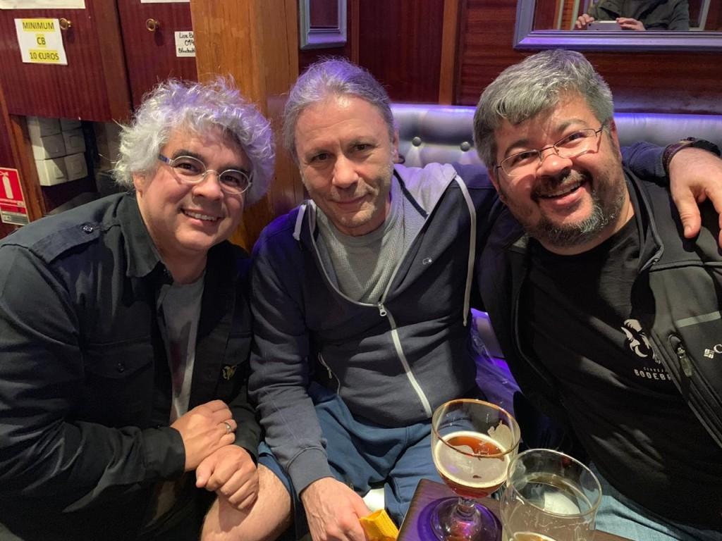 Num pub em Paris, Bruce entre Samuel e Paulo Cavalcanti, da Bodebrown, em abril de 2019, no primeiro encontro para degustação de receitas que dariam origem a Trooper IPA (Foto: Divulgação)