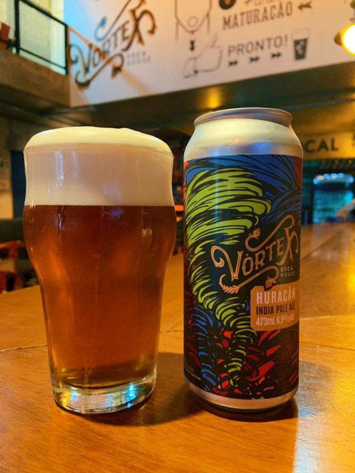 A Huracán é uma West Coast IPA com 6,9% de álcool e amargor de 47 IBUs, com dry hopping do lúpulo El Dorado, que gera aroma que remete a maracujá e tangerina (Foto: Divulgação)