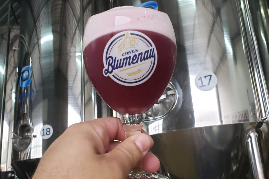 Cerveja avermelhada, traz um contraste entre a acidez da Catharina Sour e o dulçor da uva (Foto: Divulgação)
