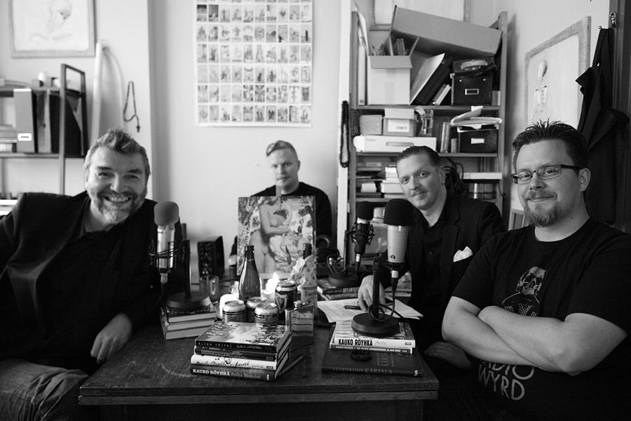 Radio Wyrdin tekijät R-M Salo, AA Cederberg ja Konstanin Tuonihovipöydän ääressäyhdessä Kauko Röyhkän kanssa, joka oli vieraana jaksossa 7. Kuva:  © Justine Murphy / Photic Photographic.