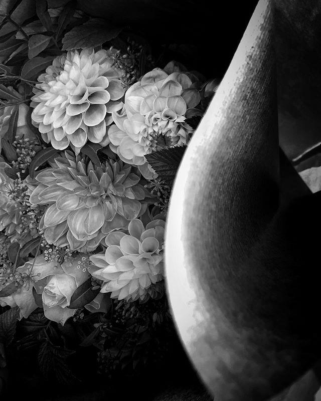 Før var jeg veldig spesifikk på hvilke blomster jeg likte. Nå er jeg mer åpen. Her i svart/hvitt :). #blackandwhite #blackflowers #bouquet #blomsterbukett