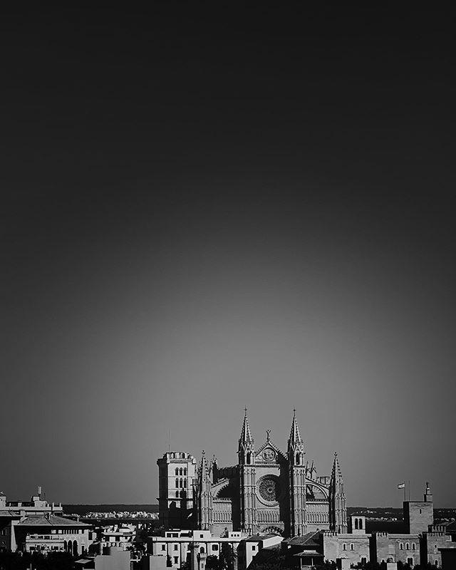 Utsikten fra hotellet @hotelsaratoga. Le Seu-katedralen fra 1229. #leseucathedral #leseu #cathedral #blackwhite #mallorca