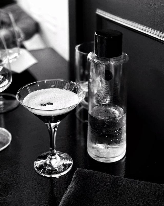 Vi har fått mange anbefalinger om å spise på La Perla i Palma. Så oppdaget vi at den er drevet av Italiensk/svenske Ingrosso. Her en espresso-martini laget av Dante. Så hjelper det at hele restauranten er innredet helt svart 🖤. #laperlaingrosso #espressomartini #ingrosso #lapalma