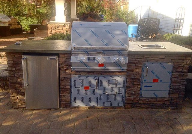 Eventually, the weather be nice. And an outdoor kitchen will be the way to enjoy it. Stonework by @americanstonels