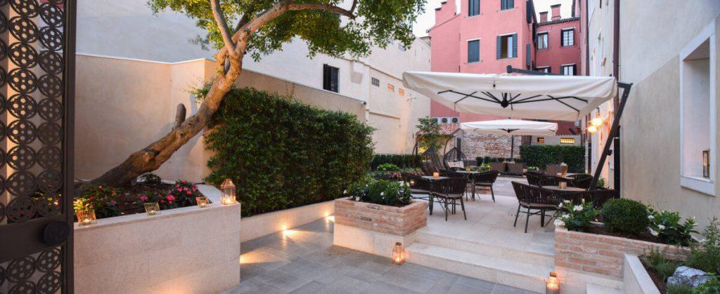 Santa-croce-boutique-hotel-Esterno-hotel-tavolini-terrazza-1024x419.jpg