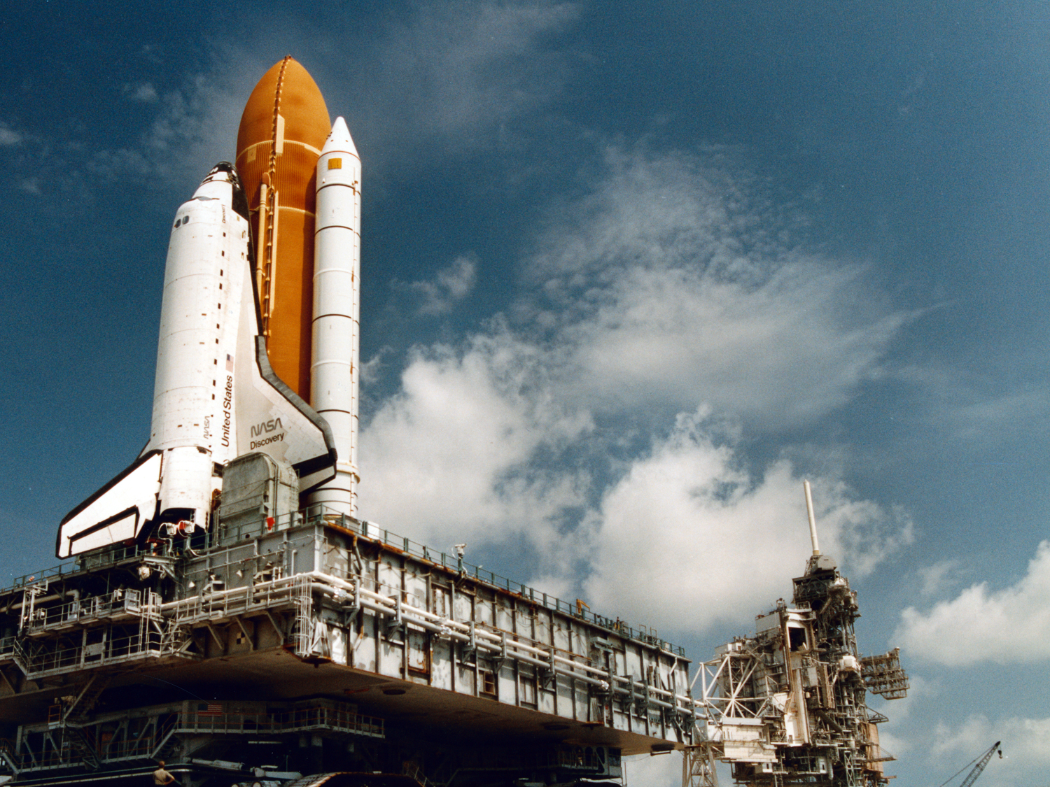Rollout of Discovery to launch pad 39B.