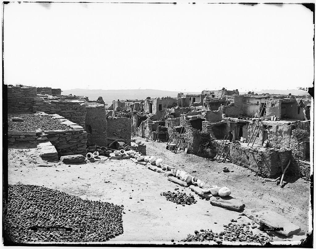 HOPI TOWN, Oraibi, Mokitown, Arizona. ( Photo : John K. Hillers, 1843-1925, US National Archives and Records Administration.)