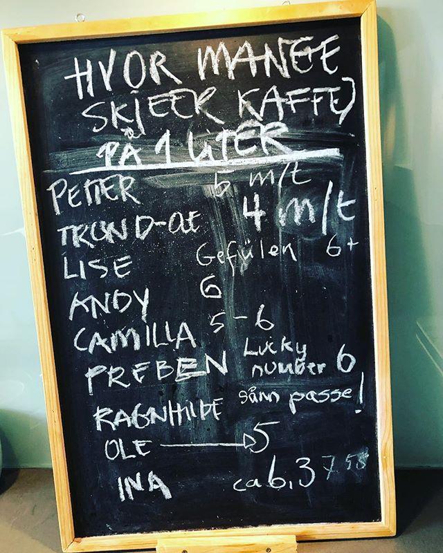 Hvor mange skjeer kaffe på én liter? Vi måtte til bunns i dette! Kaffe er nemlig ikke bare bare, nei!  Upålitelig statistikk men meget interessant: Petter: 5 toppede skjeer Trond-Ole: 4 med topp Lise: Gefülen 6+ Andy: 6 Camilla: 5-6 Preben: lucky number 6 Ragnhild: sånn passe! Ole: 5 Ina: 6,3 Burde vært anonym 🧐  Kan @frieles_kaffe eller @timwendelboe kan gi fasiten kanskje?
