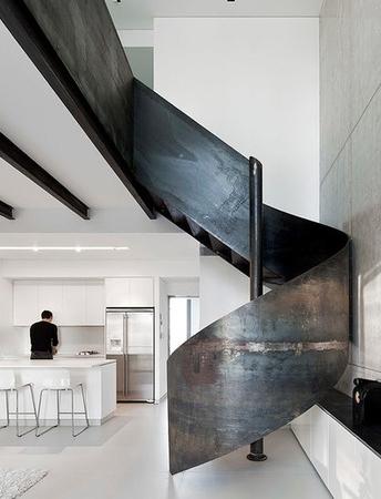 Sur une rampe d'escalier en acier!