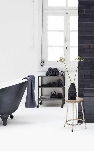 un bain vintage dans un décor industriel! J'adore.