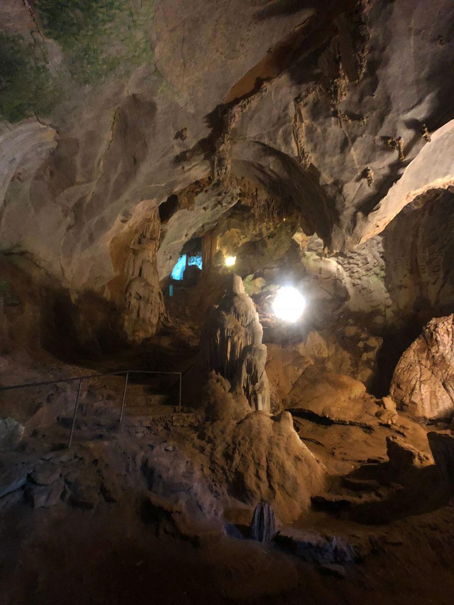 сталактиты и сталагмиты внутри пещеры