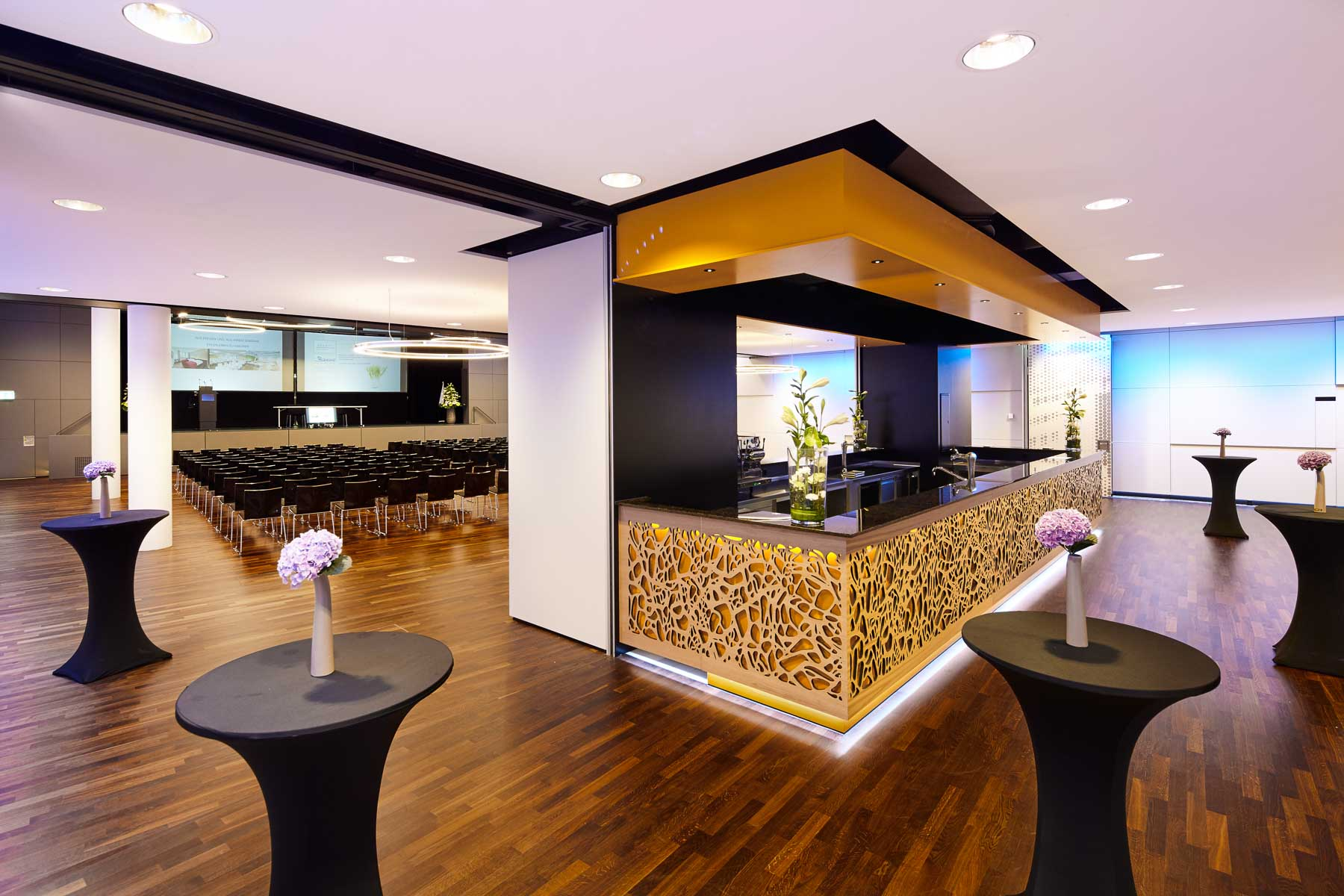 Barfront-Cladding-Bruag_Oak-Plywood-18mm_Perforation-40200_Hotel-Bananacity-Winterthur_1.jpg